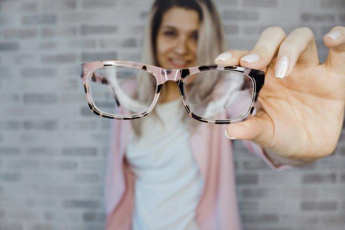 35a527bcb0eb72 Okulary od kilku lat na stałe wpisały się w modowe trendy. To pozornie  nieduży dodatek, mogący jednak odmienić całą stylizację.