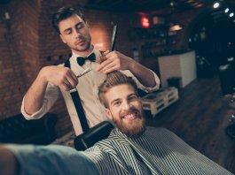 spotyka się z fryzjerem męskim